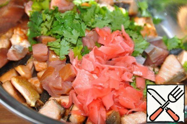 Put chilled fried fish, smoked fish, chopped pickled ginger and cilantro in a bowl.