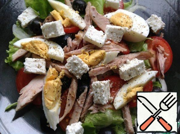 Top with cheese cut into small cubes.  Season the salad with salt and pepper mixture.  Drizzle with lemon juice and vegetable oil.