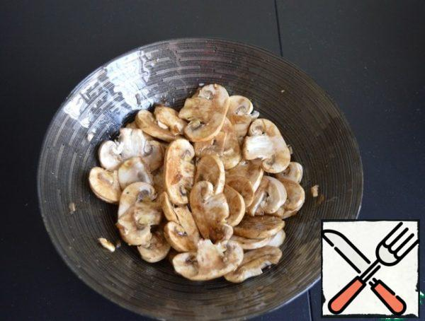 Mix the mushrooms with the dressing. Here already to taste. If you like the taste of raw mushrooms, the salad can be prepared immediately. If you like marinated mushrooms, let them stand for 15-20 minutes. For then in the salad with arugula, they will no longer be able to marinate well. I prefer the first option.