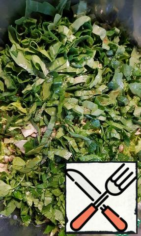 Then cut the spinach and parsley, add a mixture of peppers, lime or lemon juice, soy sauce and oil, salt to taste.