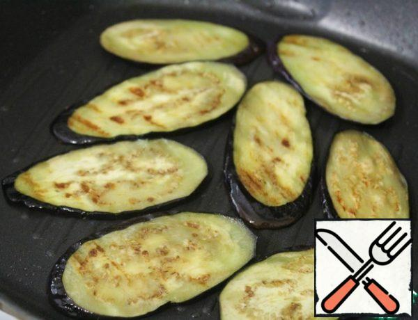 Blot the eggplants with a paper towel and fry on the grill pan on both sides.