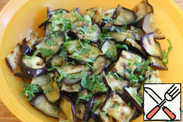 Finely chop the mint and sprinkle with eggplant. Add black pepper.