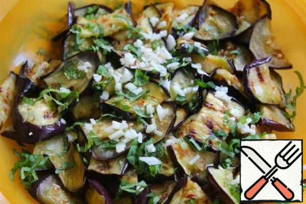 Cut the garlic as small as possible and pour it into the eggplant.