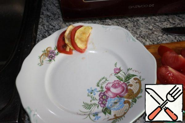 Cut the tomatoes into thin semicircles. Spread the salad on a plate. A slice of tomato, a slice of zucchini, etc.