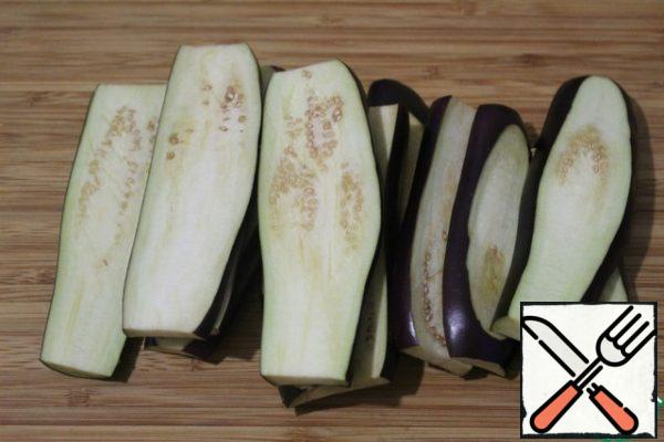 Cut the eggplant into strips lengthwise, at least 0.5 cm thick. Add a little salt and put in the microwave for 4 minutes. Thus, eggplants will not absorb a lot of oil when roasting. After the signal to get and dry.