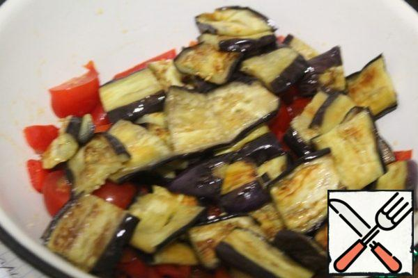 Cut the eggplant into large pieces across.