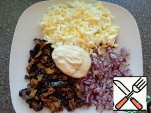 Cut the eggplant into strips and fry in vegetable oil until Golden. Boil the egg for 10 minutes. Finely chop the red onion. Put on a dish, add mayonnaise.
