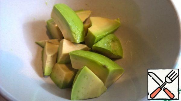Cut the avocado into medium pieces.