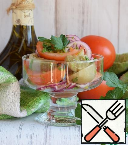 Pour the dressing over the vegetables and mix. You can give the salad a little brew, this will only benefit the taste.