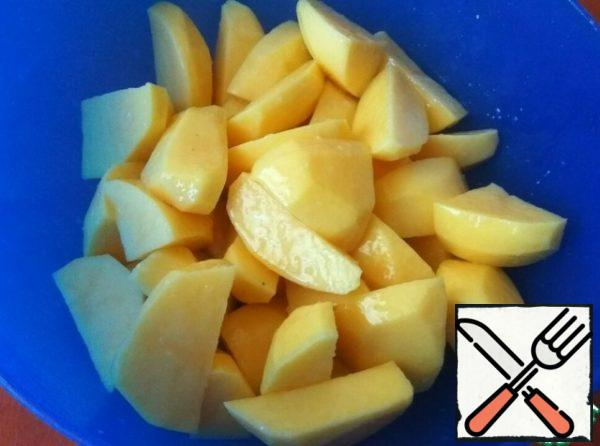 Peel the potatoes and cut them into slices.