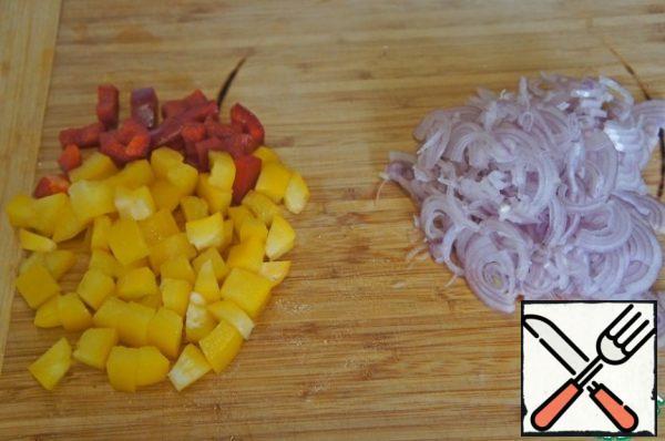 Cut the shallots into half-rings, peel the peppers from the seeds and cut them into small squares.