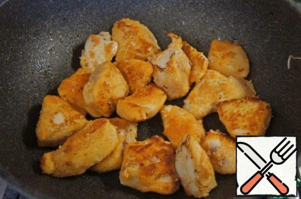 Fry the chicken until Golden brown in vegetable oil.