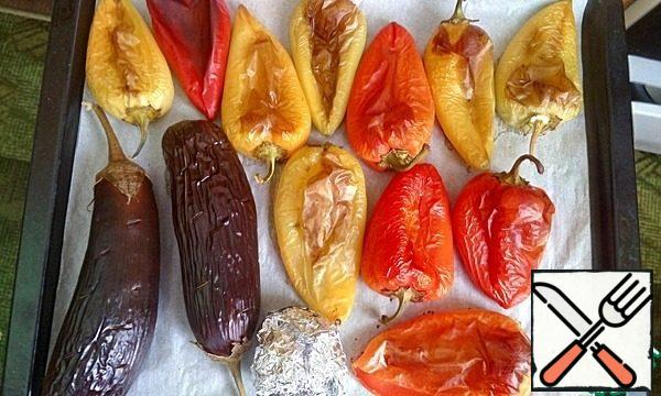 Remove the prepared vegetables from the oven. Peel the eggplants and finely chop them.