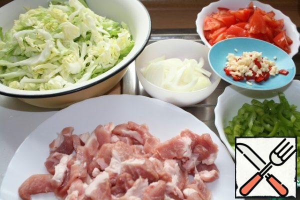 Chop the cabbage, cut the onion with feathers and pepper into strips. Cut the meat into small pieces. Tomatoes randomly and finely chop the garlic and hot pepper.