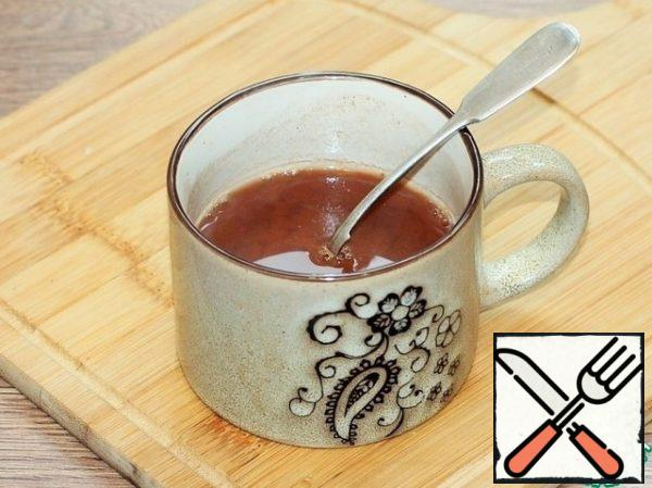 Prepare the chocolate layer. Mix cocoa with boiling water (180 ml) and cool. In 50 ml of cocoa, dissolve the gelatin (2 tsp), leave to swell.