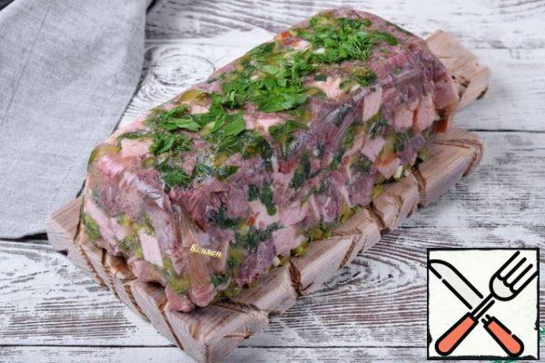 During this time, the terrine will harden, compress and infuse. Before serving, we release it from the film and transfer it to a Board or dish. On top, you can additionally sprinkle it with fresh herbs.