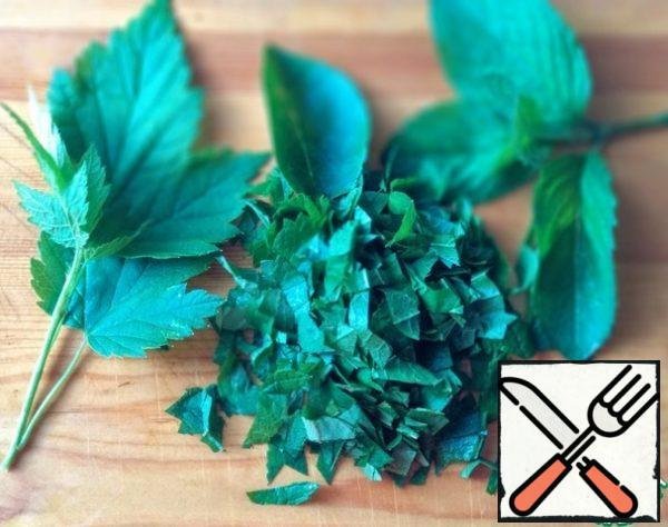 Currant, cherry and mint leaves are well washed and cut.