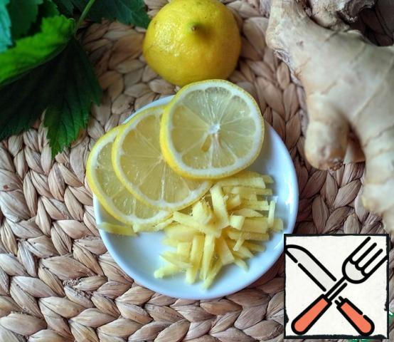 Peel the ginger and slice it randomly. Wash the lemon well and cut it into slices.