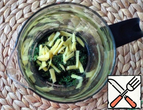 Then transfer the crushed leaves with sugar to the teapot and add the chopped ginger.