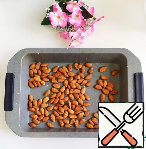 Bake the almonds in the oven for 10-15 minutes at a temperature of 160 degrees. Cool.