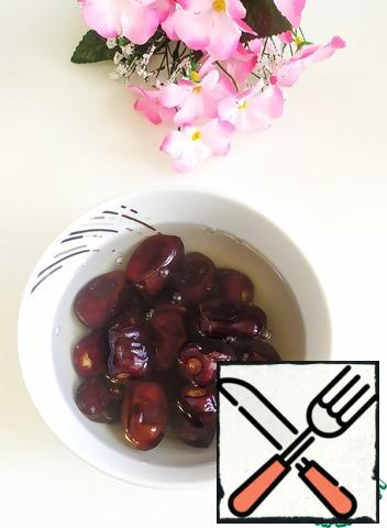 Fill the dates with warm water and wait until they soften. Remove the bones.