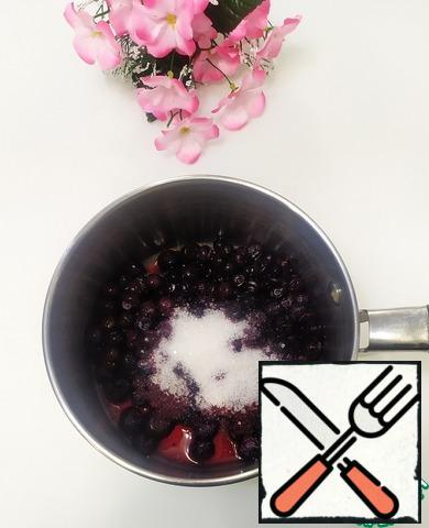 In a saucepan, combine the blueberries and sugar, put on the stove and bring to a boil. Add the starch and 2 tbsp of water. Stir and cook over medium heat for another 2 minutes, stirring constantly. Remove from heat and cool.