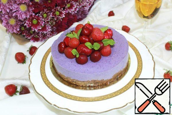 30-40 minutes before serving, remove the cheesecake from the freezer and put it in the refrigerator. Decorate as desired.