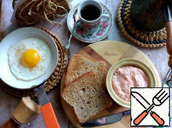 I'll dry the bread in the toaster. Breakfast. Generously spread the pate on the bread.