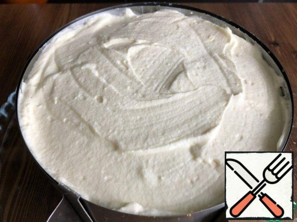 - Spread the sponge cake + cream on top. Put the cake in the refrigerator for at least 2 hours.