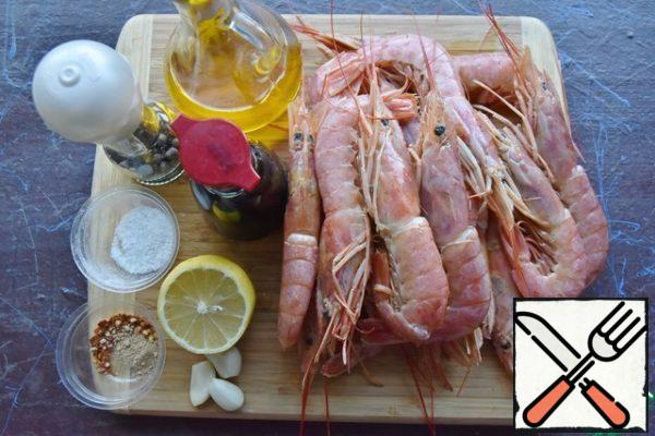 Prepare the products. If there is no fresh root ginger or garlic, you can replace it with dry, ground. Pre-thaw the langoustines. Cut the carapace from the top along the back with scissors and remove the intestinal vein. Wash the crustaceans and let the excess moisture drain from them.