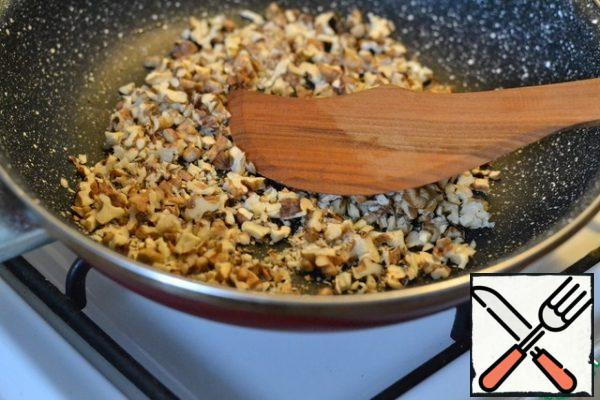 Finely chop the nuts and lightly fry them in a dry pan. Finely chop the onion.