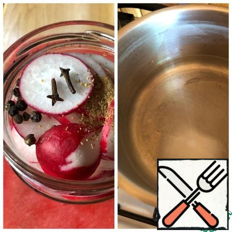 As completed the jar, put the pepper, cumin and cloves on top. In a ladle, boil water with salt, sugar and vinegar.