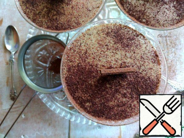 We take out the dessert from the refrigerator before serving. Decorate with a slice of chocolate, sticking it in the center and sprinkle with cocoa powder on top. That's the beauty!