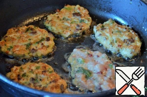 In a frying pan, heat 1 tablespoon of vegetable oil, spread 1 tablespoon of the mass and fry for 1-1.5 minutes on medium heat. Adding oil, so overcook all the pancakes.