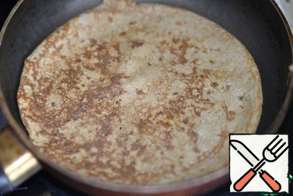 Turn the pancake over and bring it to a medium heat for about 30 seconds. We repeat the same with the rest of the dough.