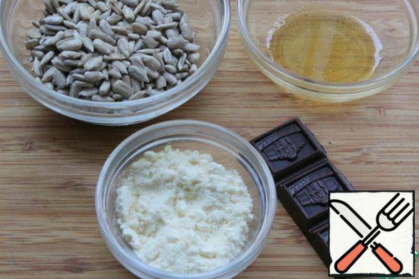 Prepare the products. Lightly fry the seeds in a dry pan and cool.