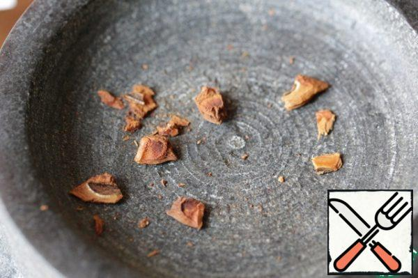 The star anise crushed in big pieces. Do not confuse star anise with star anise, they are different spices, although they have a similar flavor.