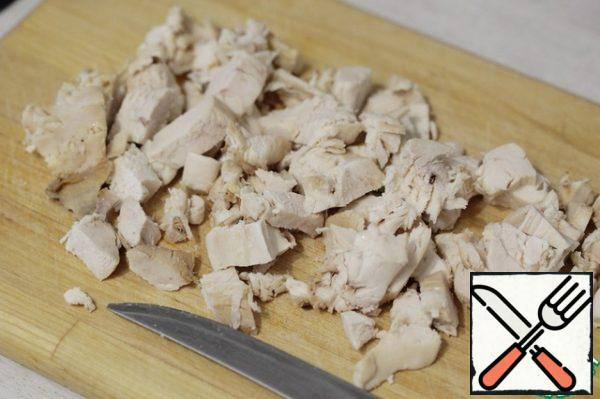 Cut the chicken meat into pieces. I usually have half a breast left, and I put it on the pate.