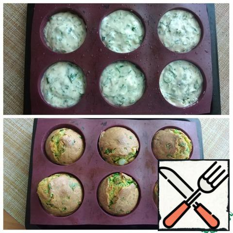 """I'll take a silicone mold for 6 cupcakes. The molds are slightly larger than standard silicone molds. This amount of test is just for me on my form. Laid out on 2/3 of the height. The cupcakes will rise. Ordinary molds will turn out about 8 PCs. Preheated the oven to t-180C and put the cupcakes to bake, setting 20 minutes of time. Do not open the oven for 15 minutes, then check the cupcakes for """"dry splinter"""". That was enough time for me. The cupcakes are baked and nicely browned. Focus on your oven. She took out the cupcakes and let them cool."""
