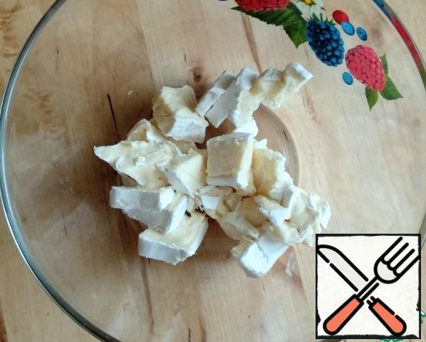 Cut Camembert cheese into pieces. If the crust is hard, it should be cut off. I had a pretty soft one, so I left it.