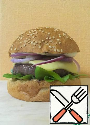 Assemble the Burger in the following order: bun, salad, cutlet with cheese, red onion, sauce, bun.