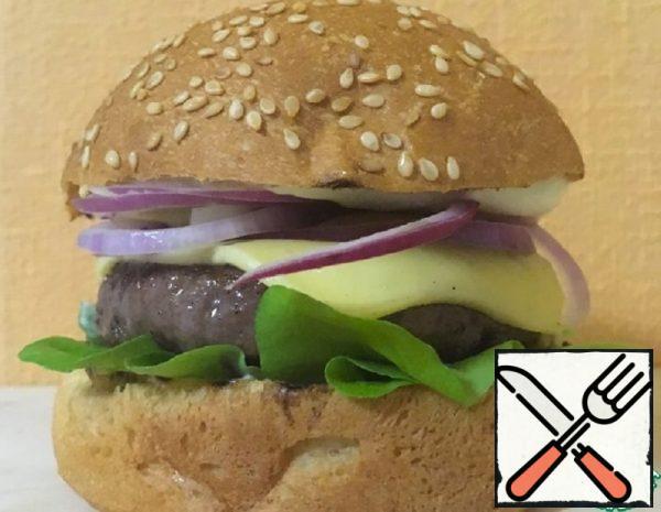 Hamburger with Arugula and Red Onion Recipe