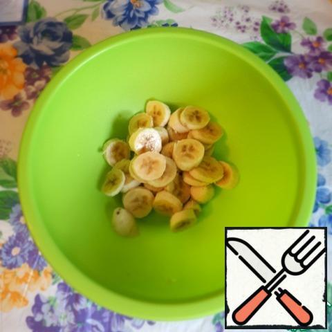 Cut the bananas into pieces.
