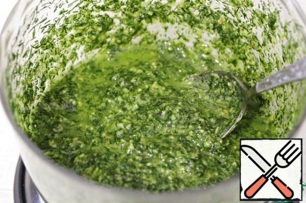 Season with salt and pepper to taste. If you want to get a less dense consistency, add another 50 ml of oil and mix well. Transfer the pesto to a jar, close the lid and put it in the refrigerator.