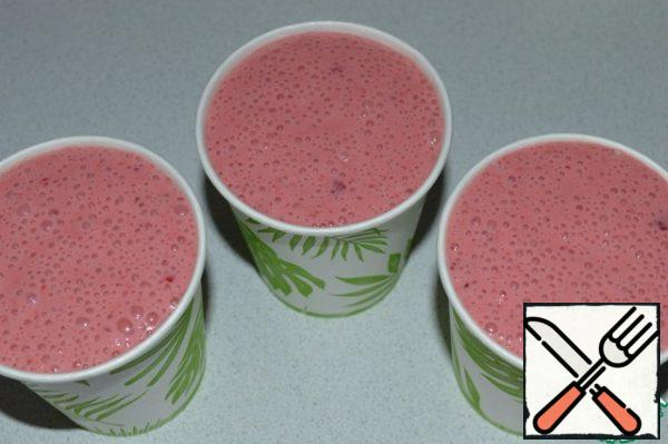 Pour the berry-cream mass into paper cups and put it in the freezer for 6-8 hours.