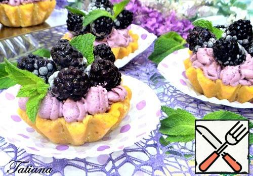 Top with blackberries and mint leaves.
