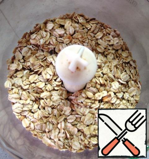 For crumbs:oatmeal flakes are slightly crushed in a blender.