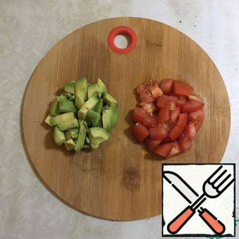 Cut the avocado and tomato into pieces so that they are about the same size.