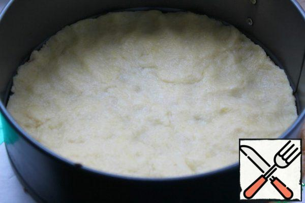 We take a split form for 21 - no less! Lay the bottom of the form with parchment and distribute the dough from the refrigerator on the bottom. I just distributed it with my hands.