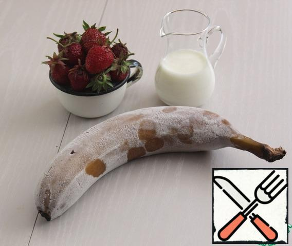 Pre-freeze a large ripe banana in the freezer. Prepare berries and milk, I strongly advise coconut it is perfectly combined with a banana and the taste only wins. Regular milk will also do.